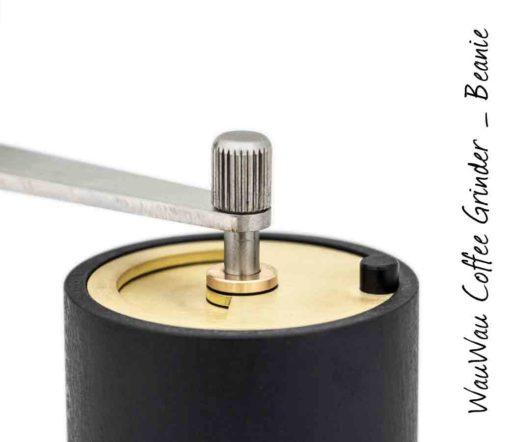 WauWau Beanie 25 schwarz/ messing Oberteil Detail