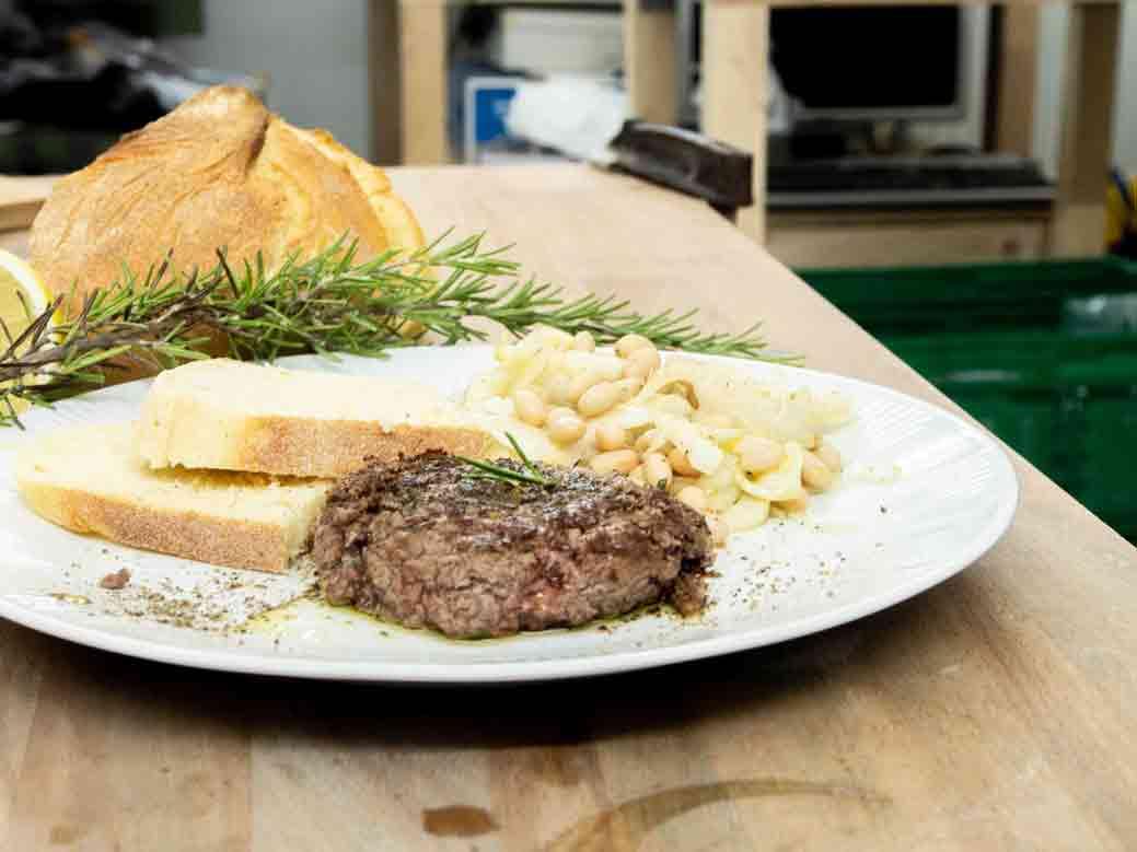 WauWau Küche in der Produktionswerkstatt: La svizzera in padella.